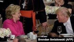 АҚШ президенттігіне кандидаттар Хиллари Клинтон (сол жақта) мен Дональд Трамп қайырымдылық асында әңгімелесіп отыр. Нью-Йорк, 20 қазан 2016 жыл.