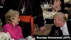 ԱՄՆ նախագահի թեկնածուներ Հիլարի Քլինթոնը և Դոնալդ Թրամփը բարեգործական ճաշկերույթի ժամանակ, Նյու Յորք, 20-ը հոկտեմբերի, 2016թ.