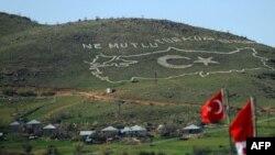 """Turqi – Një hartë gjigantë e Turqisë, e ndërtuar me gurë nga ushtarët turk, ku shkruan: """"Sa i lumtur është ai/ajo, që tha se unë jam turk"""""""
