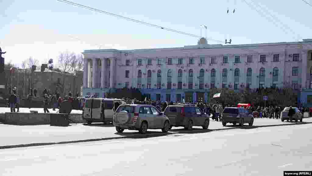 Керівники мітингу перестали конспіруватися і приїхали на роботу на своїх «службових» машинах з московськими номерами, коди регіонів на номерах джипів – 77 і 197.