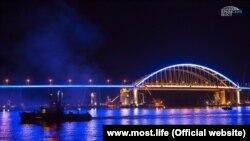 Тестове включення підсвічування Керченського мосту, 28 квітня 2018 року