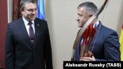 Анатолий Бибилов (справа) и Леонид Пасечник, Цхинвали, 17 декабря 2018 г.