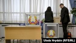На избирательном участке в Минске в день парламентских выборов. 17 ноября 2019 года.