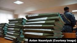 Материалы дела Карпюка и Клыха в зале суда