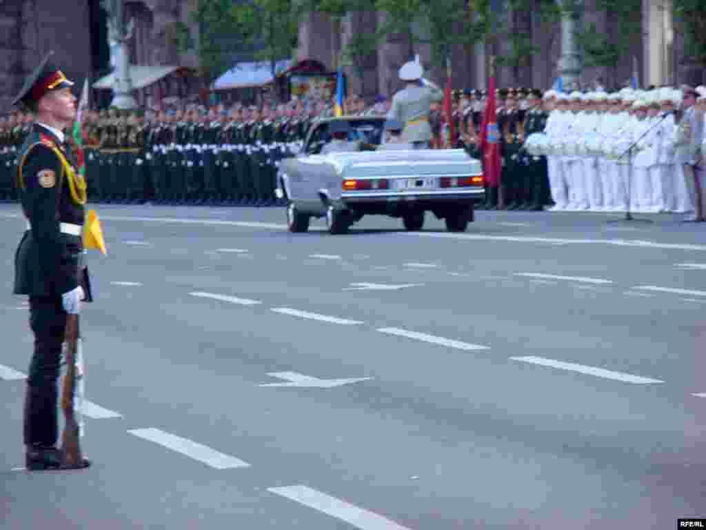 Головнокомандувач Збройними силами України оглядає війська перед парадом.