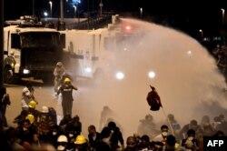 Polis su şırnağı ilə Taksimdə etirazçıları dağıdır. 4 iyun İstanbul