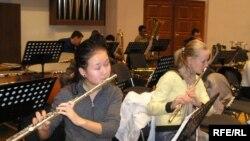 Құрманғазы атындағы Қазақ ұлттық консерваториясының студенттері дайындық кезінде. Алматы, 11 қараша 2009 жыл.
