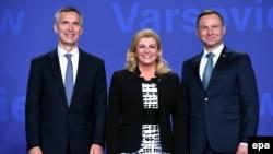 Hrvatska predsjednica Kolinda Grabar KIitarović u društvu generalnog tajnika NATO-a Jensa Stoltenberga (lijevo) i predsjednika Poljske Andrzeja Dude, Varšava, 8. srpnja 2016.