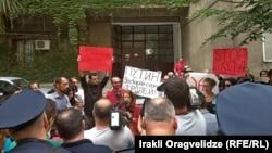 Накалила ситуацию акция протеста, организованная перед входом в конференц-зал молодежными организациями