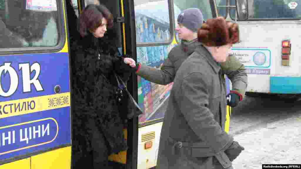Хлопці-волонтери допомагають представницям слабкої статі виходити з громадського транспорту