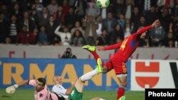 Յուրա Մովսիսյանը գոլ է խփում 2014 թվականի աշխարհի առաջնության ընտրական մրցաշարի Հայաստան - Բուլղարիա խաղում, Երևան, 11-ը հոկտեմբերի, 2014թ․