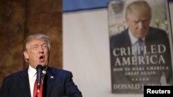 """Trump 2015-ci ildə özünün """"Axsaq Amerika"""" (Crippled America) kitabını təqdim edərkən"""
