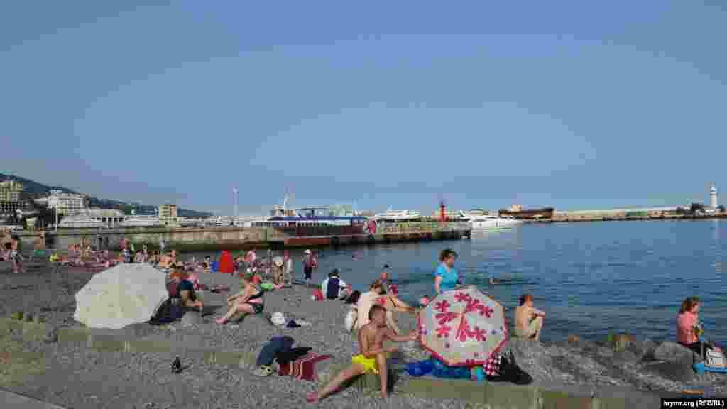 Колись заповнений людьми міський пляж у Ялті зараз приймає на порядок менше туристів
