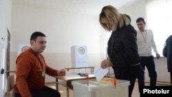 Սահմանադրական փոփոխությունների հանրաքվեի քվեարկությունը ընտրատեղամասերից մեկում, 6-ը դեկտեմբերի, 2015թ․