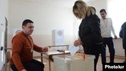Armenia -- A woman casts a ballot in a constitutional referendum, Yerevan, 6Dec2015.