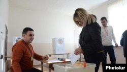 Armenia -- A voter casts a ballot at a polling station in Yerevan, 6Dec2015
