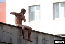 Pyotr Pavlensky qulağını kəsir