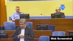 Zoran Živanović, advokat Gorana Hadžića koji se vidi u pozadini