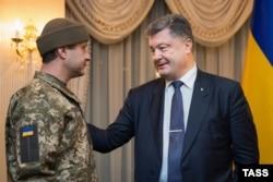 Військовий Андрій Гречаний із позивним «Рахман» і президент України Петро Порошенко