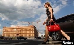 Девушка идет по улице в центре Москвы.