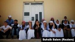 Disa pjesëtarë të minoritetit jazidë, duke shënuar përvjetorin e tretë të gjenocidit në rajonin Sinjar, Irak