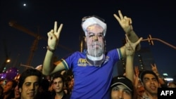 Прыхільнік сьвяткуе перамогу Рухані на выбарах прэзыдэнта 15 чэрвеня 2013 году