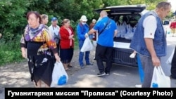 Волонтеры «Пролиски» раздают продукты в «серой зоне» между блокпостами
