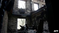 Зруйнований обстрілами будинок у Донецьку, 13 листопада 2014 року