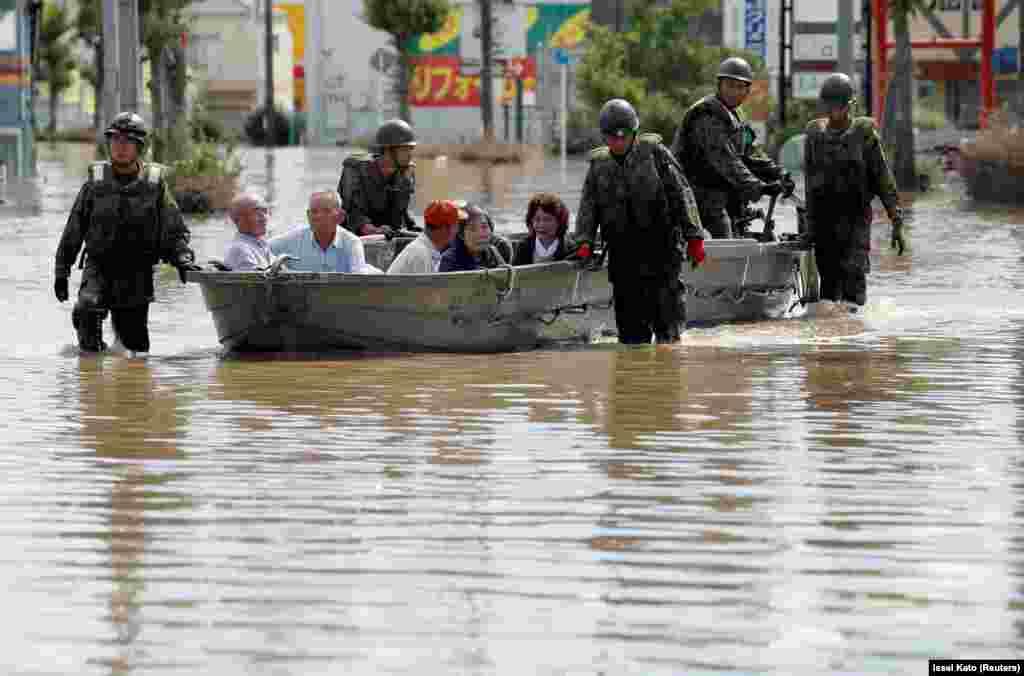 Из зоны бедствия эвакуированы сотни тысяч человек. Общее число жителей, которым рекомендовано покинуть места обитания в 23 префектурах, превышает 2,8 миллиона.