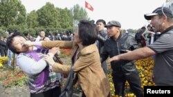 3 октябр куни Бишкек марказий майдонида ўтган мухолифат митингидан бир кўриниш.