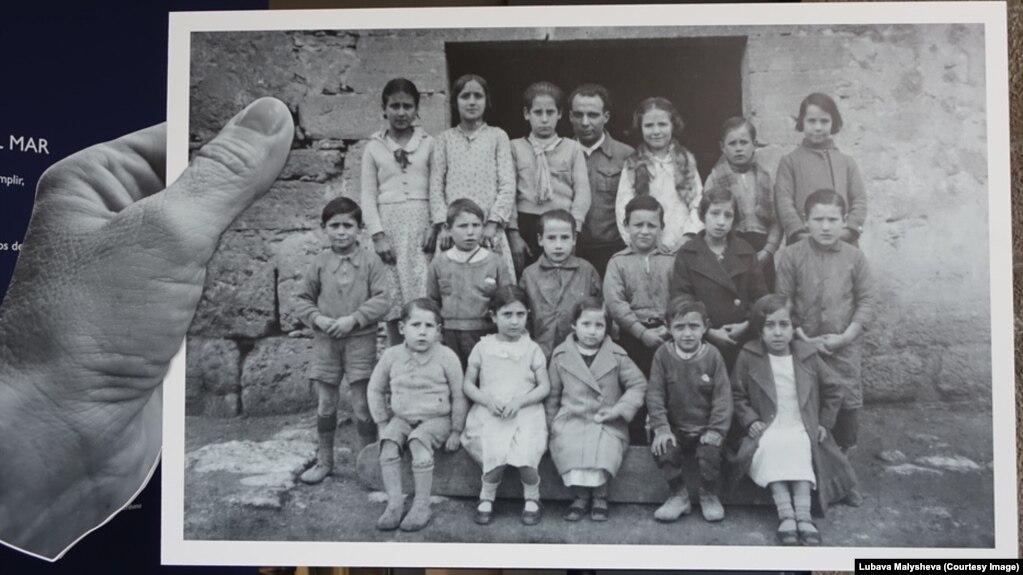 Антони Бенайжес со своими учениками
