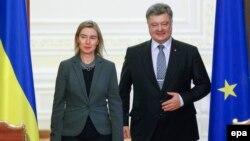 Президент України Петро Порошенко та верховний представник ЄС із закордонних справ і політики безпеки Федеріка Моґеріні під час зустрічі у Києві. 9 листопада 2015 року