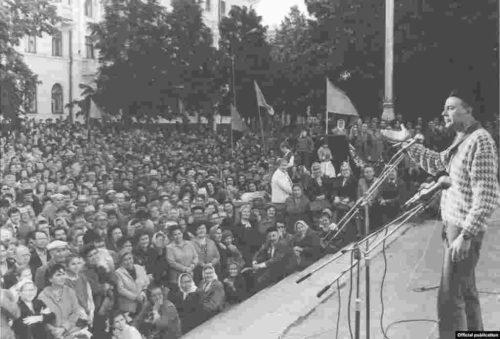 Милли хәрәкәт митингларында Камал театрының мәшһүр артистыРавил Шәрәфиев тә чыгыш ясый