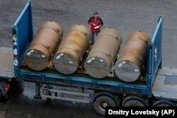Контейнеры с российским низкообогащенным ураном (НОУ), подготовленные для отправки в США, в порту Санкт-Петербурга, ноябрь 2013 года. Последняя партия в рамках действия 20-летнего двустороннего соглашения ВОУ-НОУ, предусматривавшего переработку российского высокообогащенного оружейного урана (ВОУ) в топливо для атомных электростанций в США.