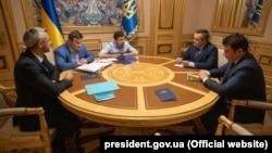President Volodymyr Zelenskiy (center) meets with the head of National Anti-Corruption Bureau, Artem Sytnyk (right) and anti-corruption prosecutor Nazar Kholodnytskiy in Kyiv in May 2019.