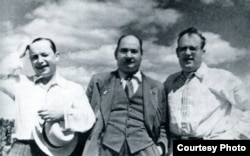 1947 г. Дом творчасці ў Каралішчавічах. Куляшоў з Коласам і Броўкам