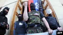 Бойцы так называемой самообороны около захваченного офиса местного телевидения Донецка
