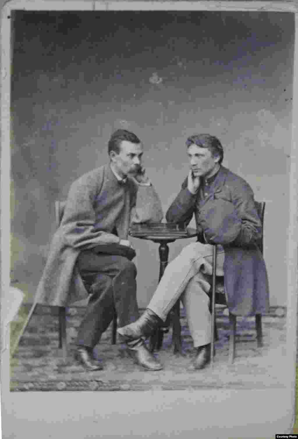 Францішак Багушэвіч з судовым прыставам Міхайлам Насенкам. Чарнігаў, 1876 г. З фондаў НГМРБ