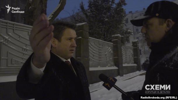 Николай Супрун, муж бывшей депутата Людмилы Супрун сделал вид, что ищет метро, когда увидел камеру
