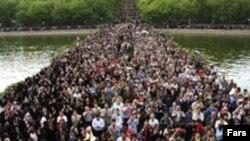 جمعیت کم سابقه ای در همايش پياده روی خانوادگی در تبريز شرکت داشتند. (عکس از خبرگزاری فارس)