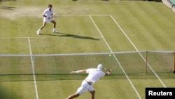Рекордный матч занял не один день. Джон Айзнер (на переднем плане) и Николя Маю играли более 11 часов.