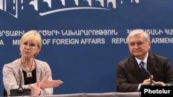 Министр иностранных дел Швеции Маргот Валстрем и ее армянский коллега Эдвард Налбандян на пресс-конференции в Ереване, 9 февраля 2016 г.