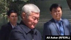 Аким Актюбинской области Бердибек Сапарбаев у места проведения траурного митинга в память о погибших при вооруженной атаке на воинскую часть Нацгвардии. Актобе, 9 июня 2016 года.