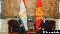 Президент Таджикистана Эмомали Рахмон (слева) и президент Кыргызстана Алмазбек Атамбаев на переговорах в Бишкеке, 27 мая 2013 года.