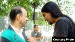 اکبر گنجی در اعتصاب غذای سه روزه در برابر مقر سازمان ملل در نیویورک