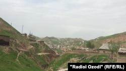 Приграничный городок Турсунзаде в Таджикистане, на границе с Узбекистаном. 18 апреля 2017 года