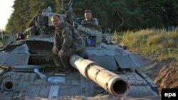 Танк мінген украин сарбаздары. Луганск, 29 маусым 2014 жыл.