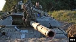 نیروهای ارتش اوکراین در ساعات پایانی آتشبس در موضعی بیرون لوهانسک