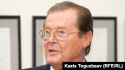 Роджер Мур, ЮНИСЕФ-тің ерікті ізгі ниет елшісі. Алматы, 19 қараша 2010 жыл