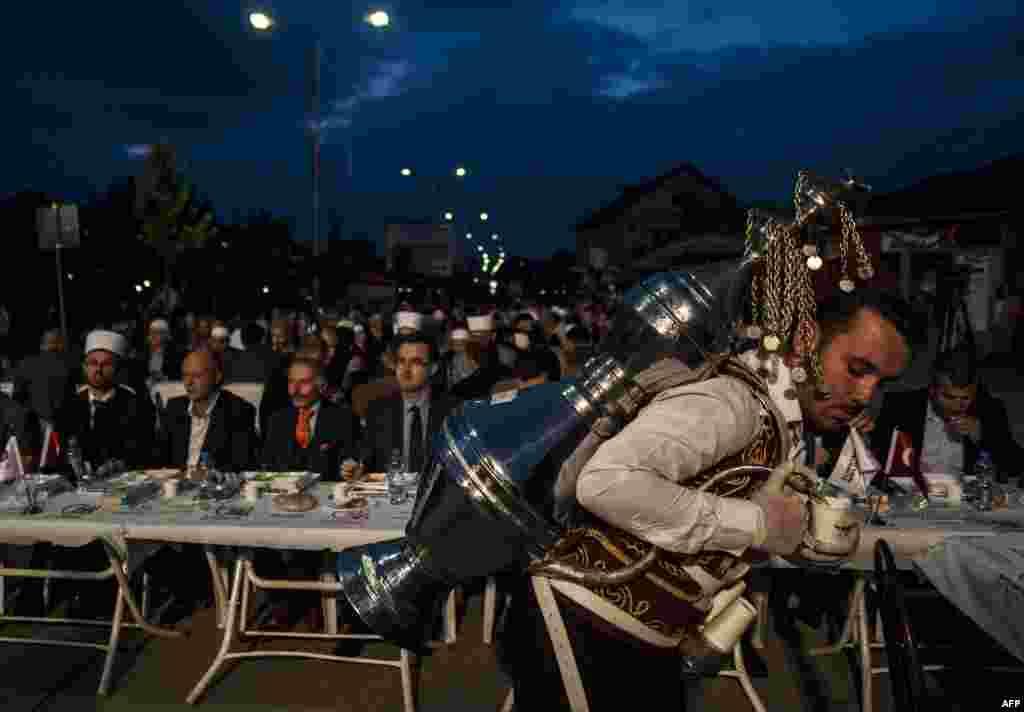Обов'язковою умовою посту є щирий намір здійснити його  На фото – мусульмани Косово під час вечірнього іфтара, Качаник. 27 червня 2016 року